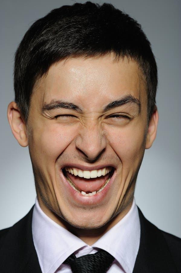 Portrait des lächelnden Geschäftsmannes in der formalen Klage stockbilder