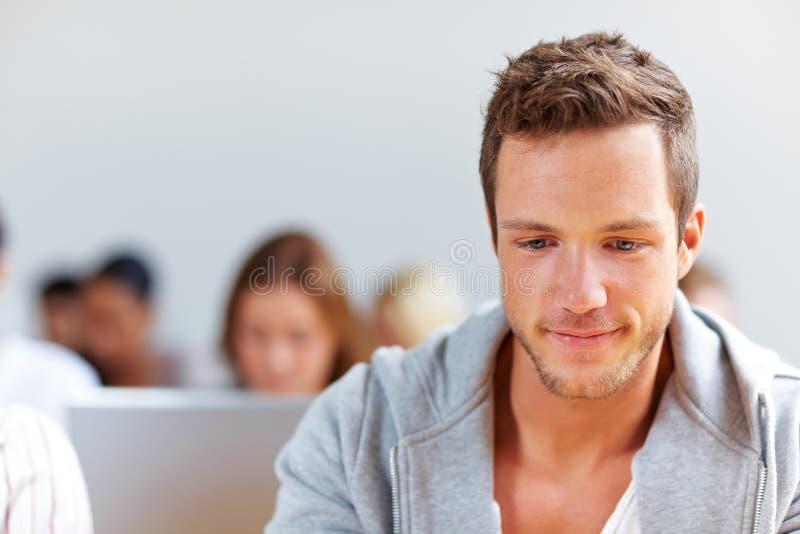 Portrait des lächelnden Kursteilnehmers stockbild
