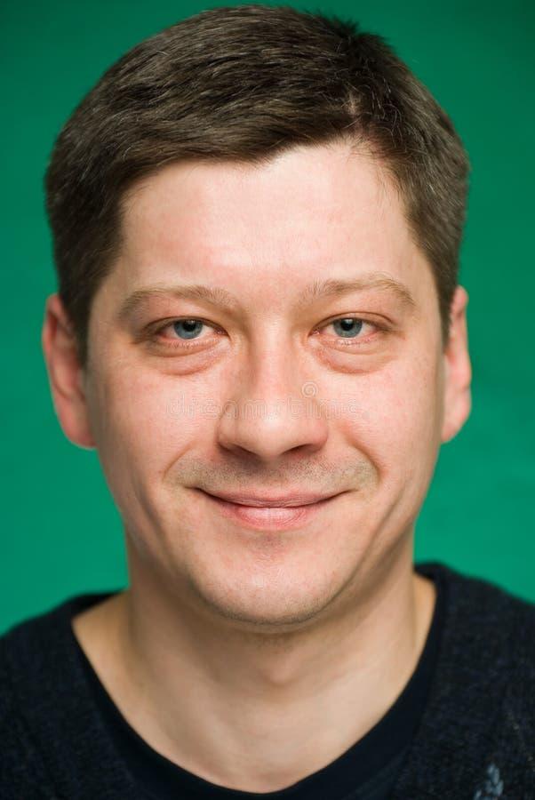 Portrait des lächelnden Mannes lizenzfreies stockbild