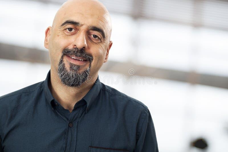 Portrait des lächelnden Mannes lizenzfreie stockbilder