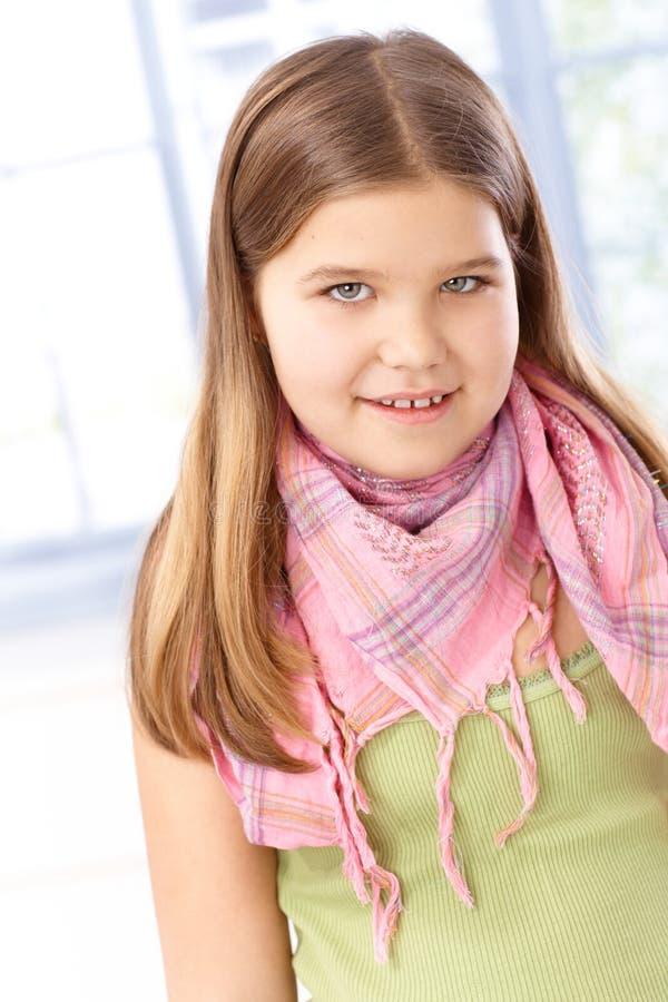 Portrait des lächelnden Schulmädchens lizenzfreie stockfotos