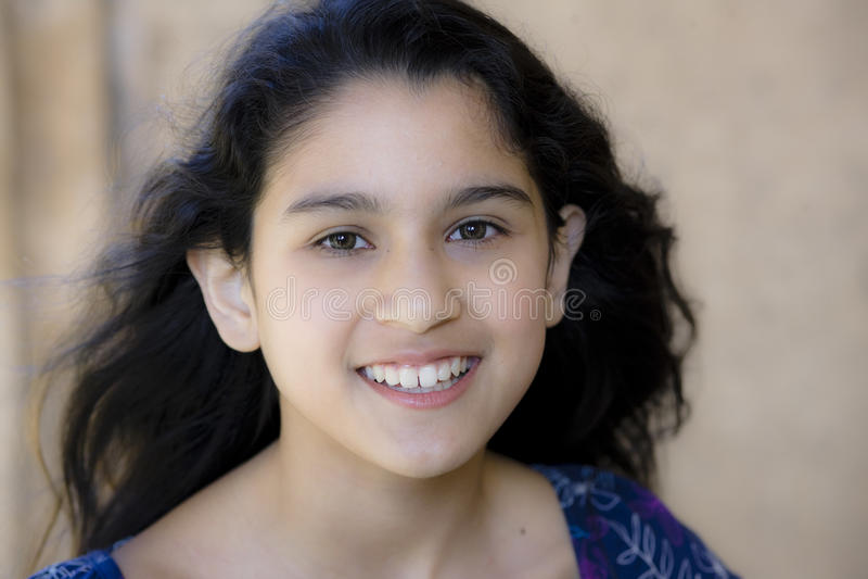 Portrait des lächelnden Tween-Mädchens stockfoto