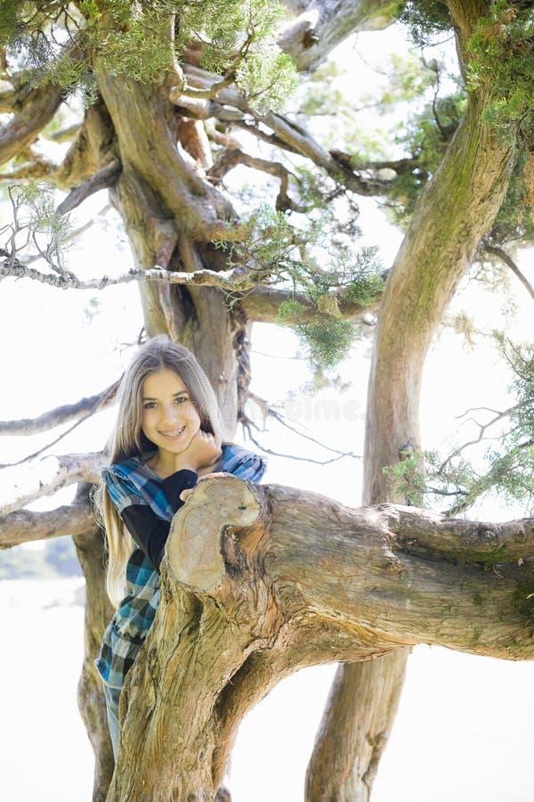 Portrait des lächelnden Tween-Mädchens stockfotos