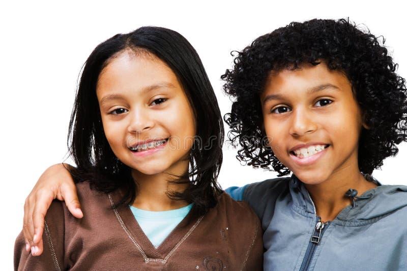 Portrait des Lächelns mit zwei Kindern lizenzfreie stockbilder