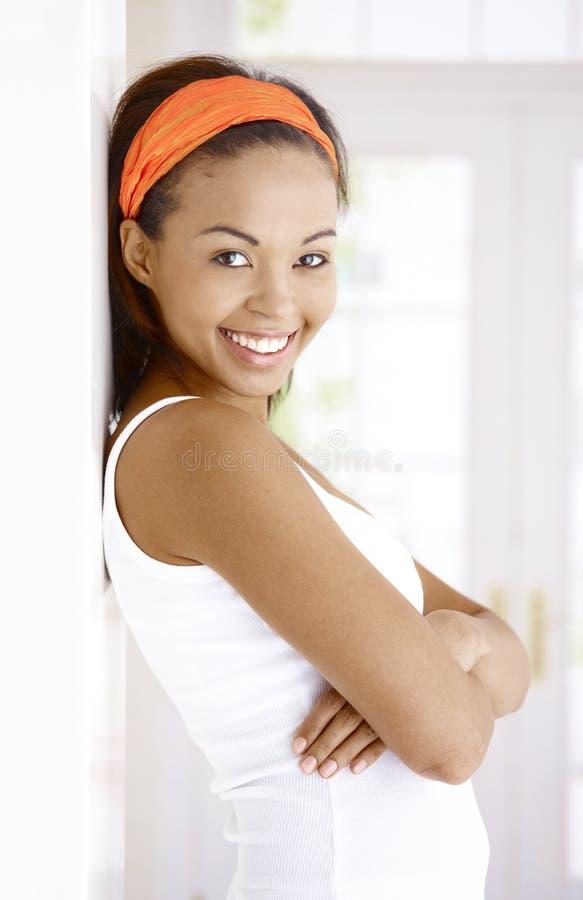 Portrait des Lachens der ethnischen Frau lizenzfreies stockbild