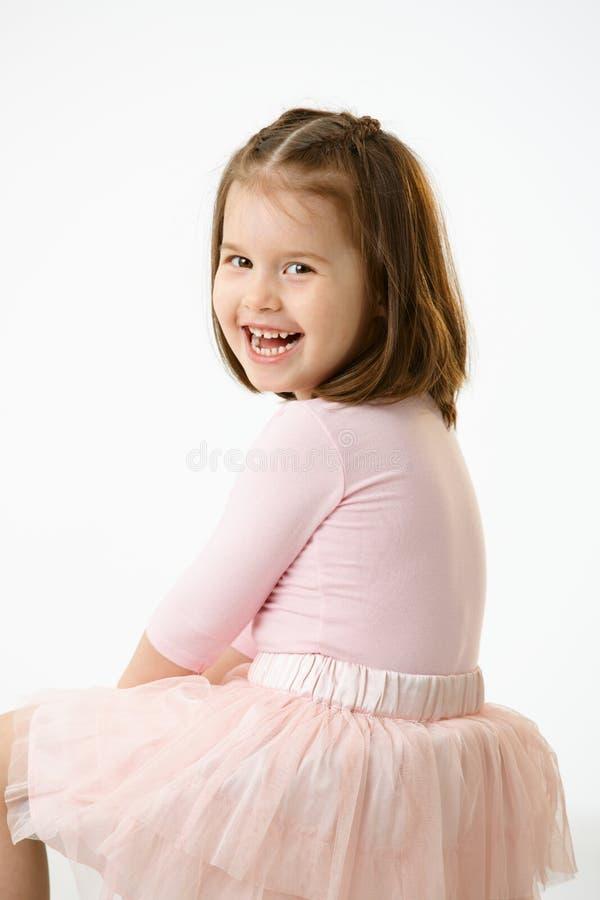 Portrait des Lachens des kleinen Mädchens stockfoto