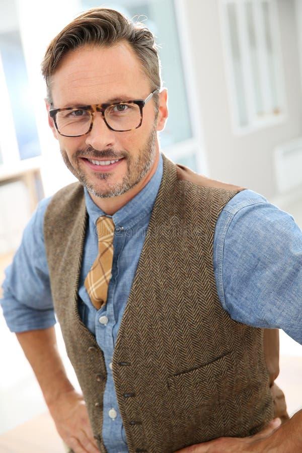 Portrait des lunettes de port d'homme élégant photographie stock libre de droits