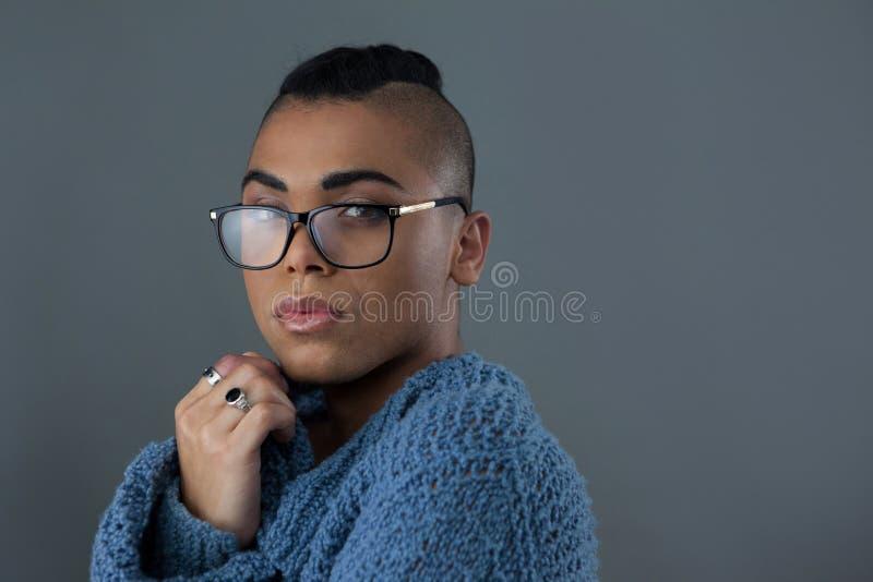 Portrait des lunettes de port de femme de transsexuel images stock