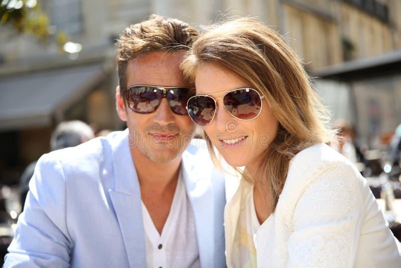 Portrait des lunettes de soleil de port de couples élégants photo libre de droits