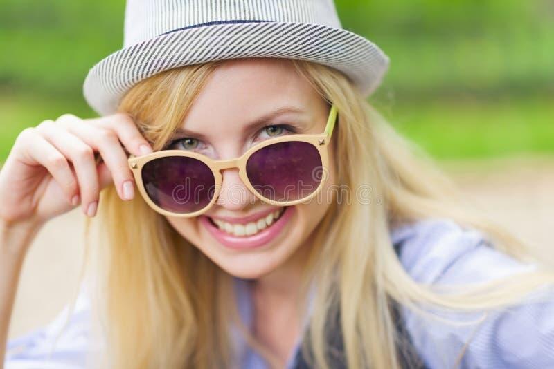 Portrait des lunettes de soleil de port de fille heureuse de hippie image libre de droits