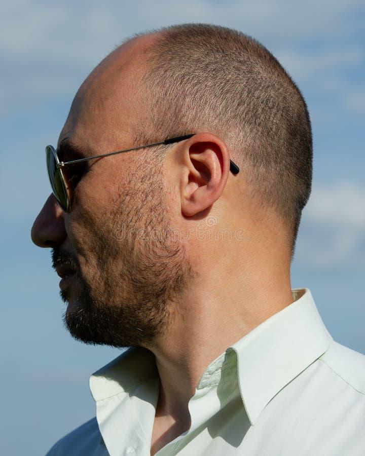 Portrait des lunettes de soleil de port d'un homme mûr barbu contre photo stock