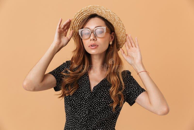 Portrait des lunettes de soleil de port de femme élégante magnifique touchant b images libres de droits