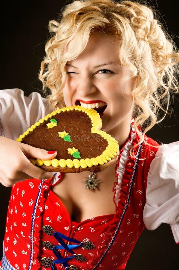 Portrait des lustigen Mädchens im oktoberfest Kleid lizenzfreie stockfotos