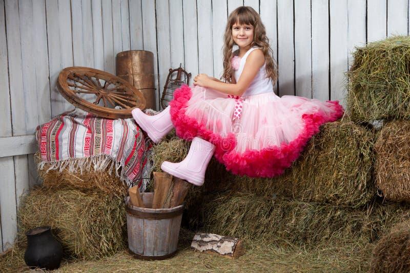 Portrait des lustigen Mädchens nahe Eimer lizenzfreie stockfotografie