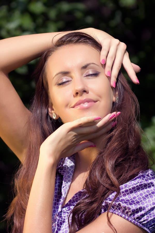 Portrait des Mädchens in einem Sommergarten lizenzfreies stockbild