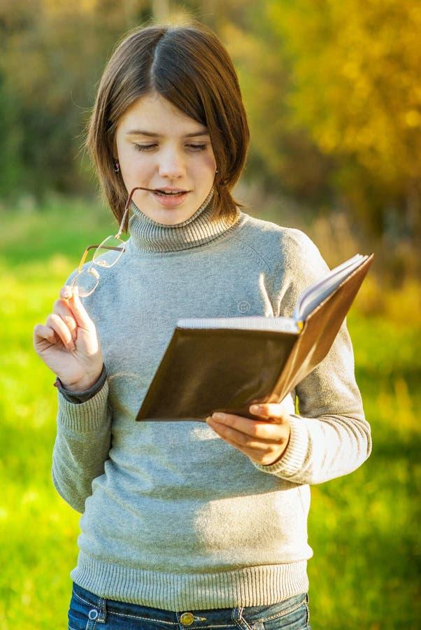 Portrait des Mädchens mit Buch lizenzfreie stockfotos
