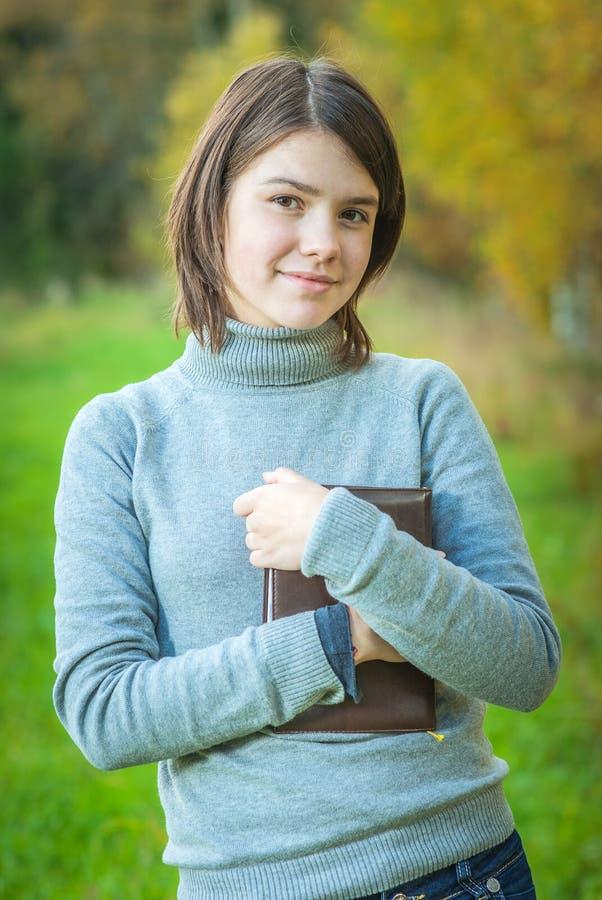 Portrait des Mädchens mit Buch stockfotos