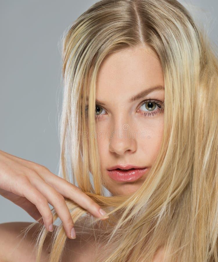 Portrait des Mädchens mit dem blonden Haar lizenzfreie stockbilder