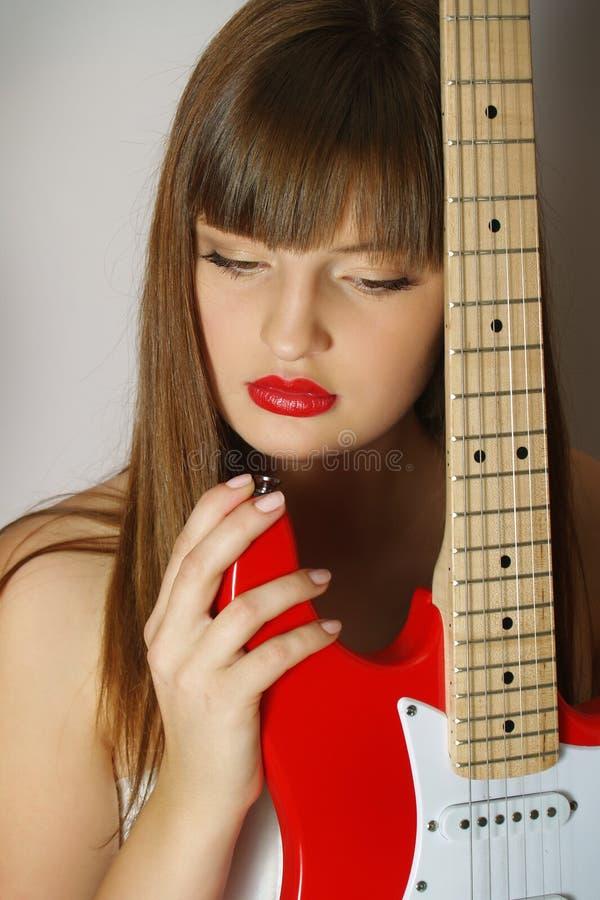 Portrait des Mädchens mit der roten Gitarre stockfoto