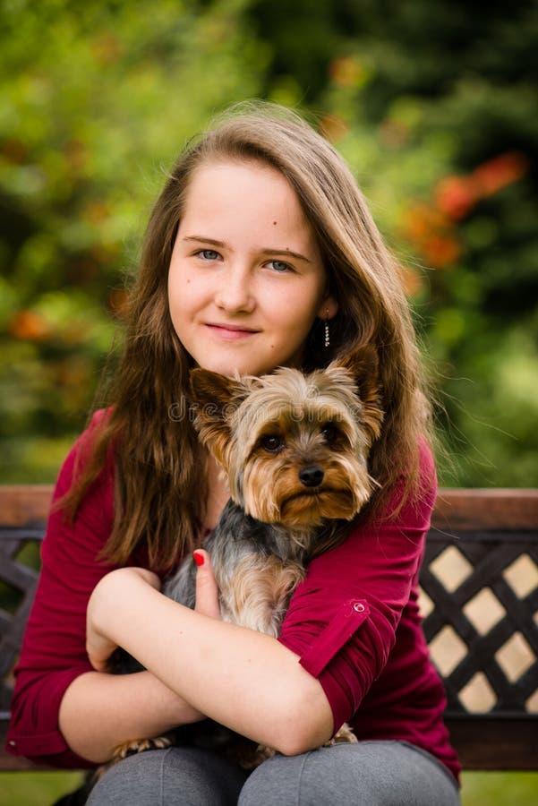 Portrait des Mädchens mit ihrem Hund stockfotos