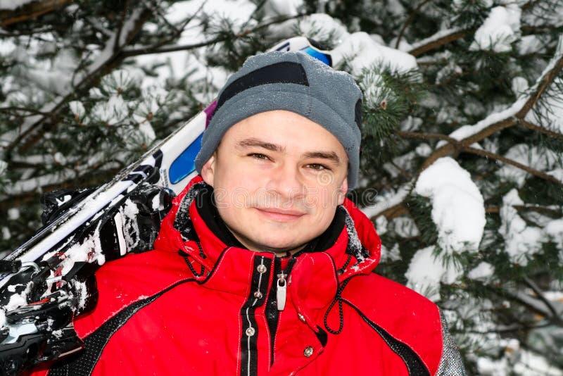 Portrait des männlichen Skifahrers lizenzfreies stockfoto