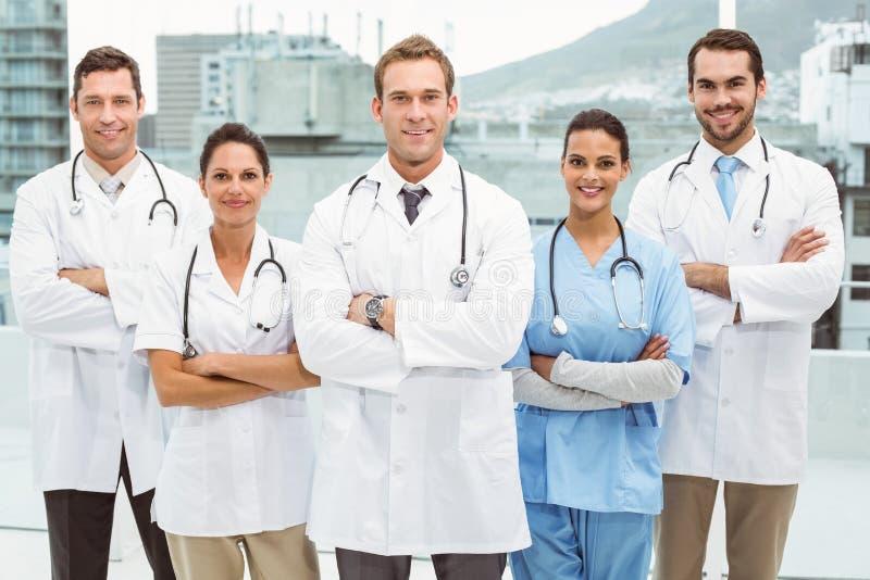 Portrait des médecins sûrs avec des bras croisés photos stock