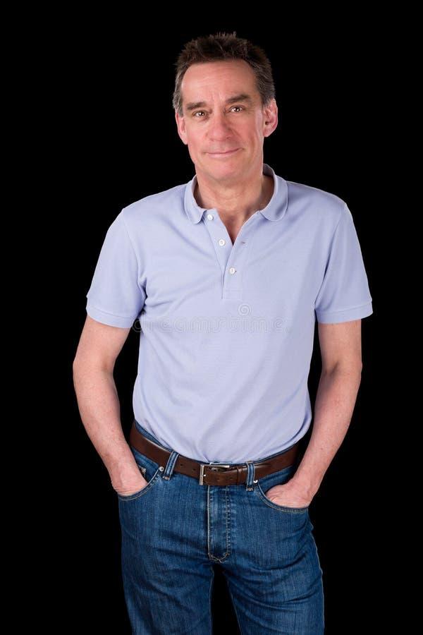 Portrait des mains heureuses de sourire belles d'homme dans des poches photos stock