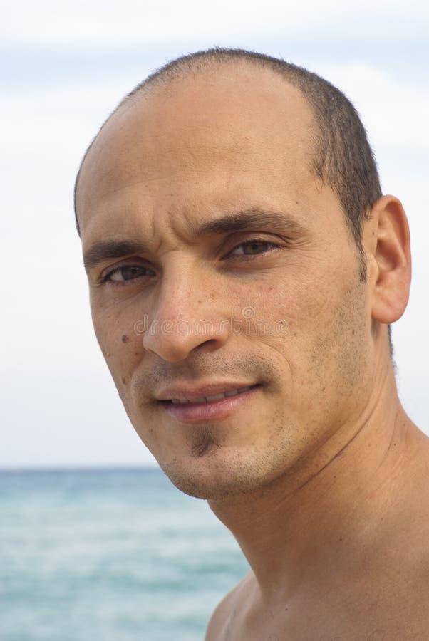 Portrait des Mannes auf dem Strand stockfotos