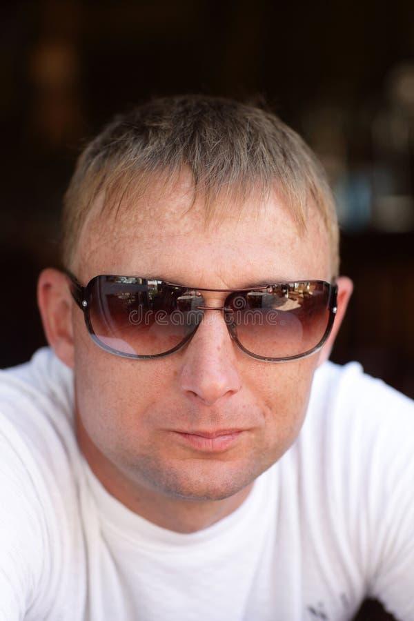 Portrait des Mannes in den Sonnenbrillen lizenzfreie stockbilder
