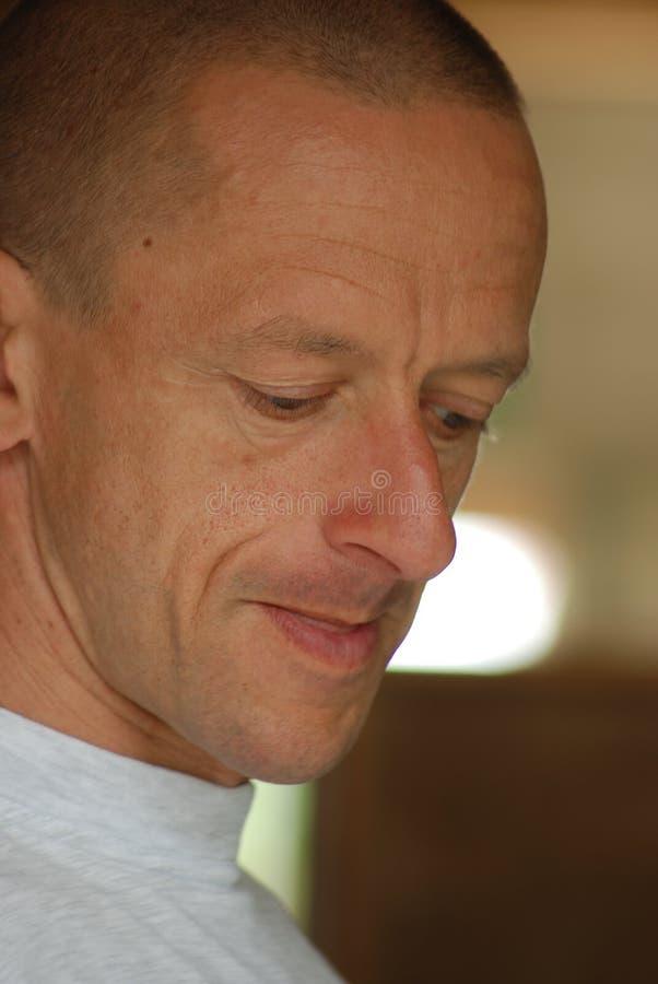 Portrait des Mannes konzentrierend auf seine Aufgabe lizenzfreie stockfotografie