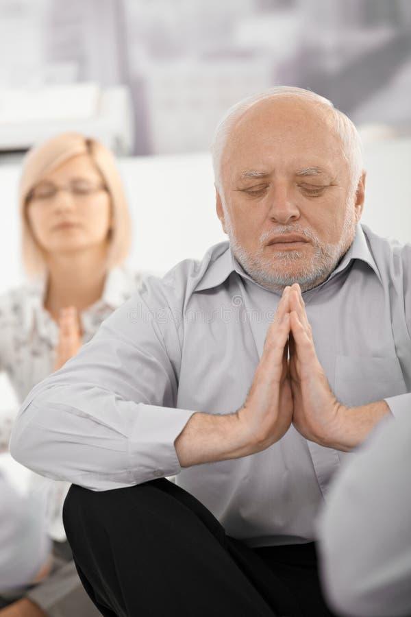 Portrait des meditierenden Geschäftsmannes stockfoto