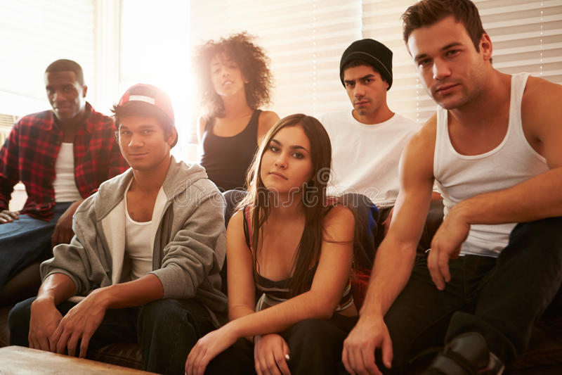 Portrait des membres de bande s'asseyant sur Sofa In House image libre de droits