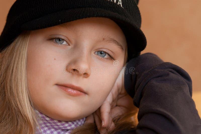 Portrait des modischen jungen Mädchens lizenzfreie stockbilder