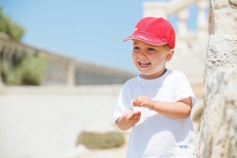 Portrait des netten Jungen in einer roten Schutzkappe stockfotos