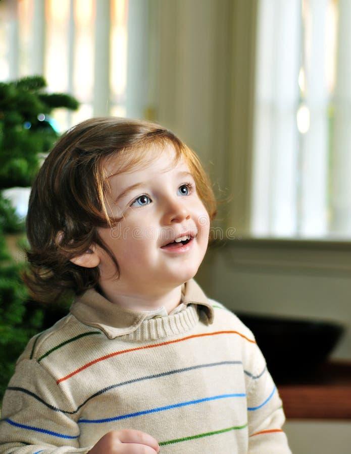 Portrait des netten kleinen Jungen, der oben schaut lizenzfreie stockbilder