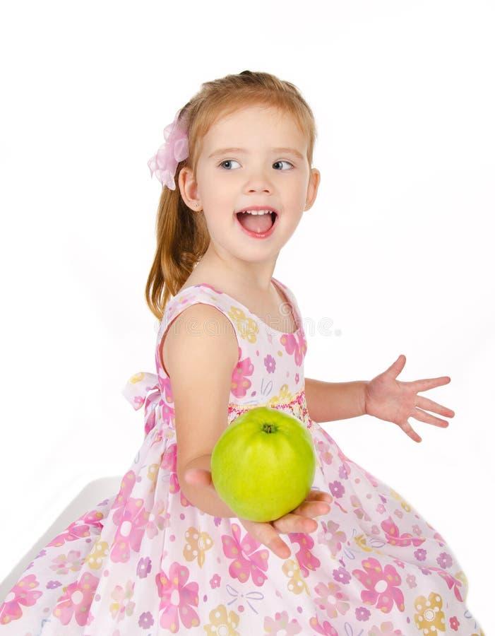 Portrait des netten kleinen Mädchens, das einen Apfel anhält stockbild
