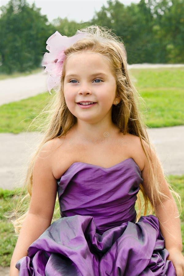Portrait des netten kleinen Mädchens im Prinzessinkleid stockbild