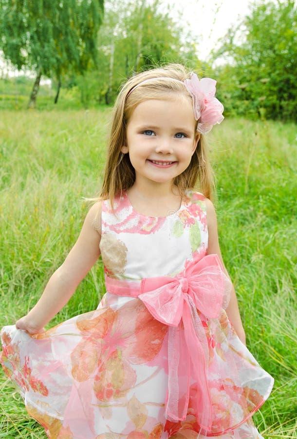 Portrait des netten kleinen Mädchens im Prinzessinkleid lizenzfreie stockfotografie