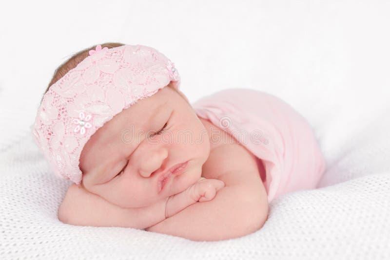 Portrait des netten neugeborenen Schätzchens lizenzfreie stockbilder