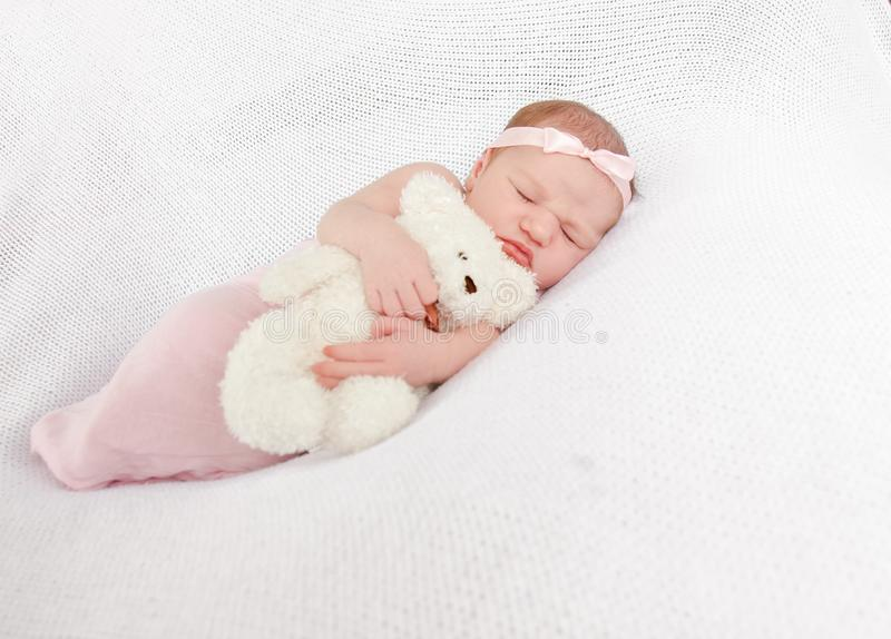 Portrait des netten neugeborenen Schätzchens stockfotografie