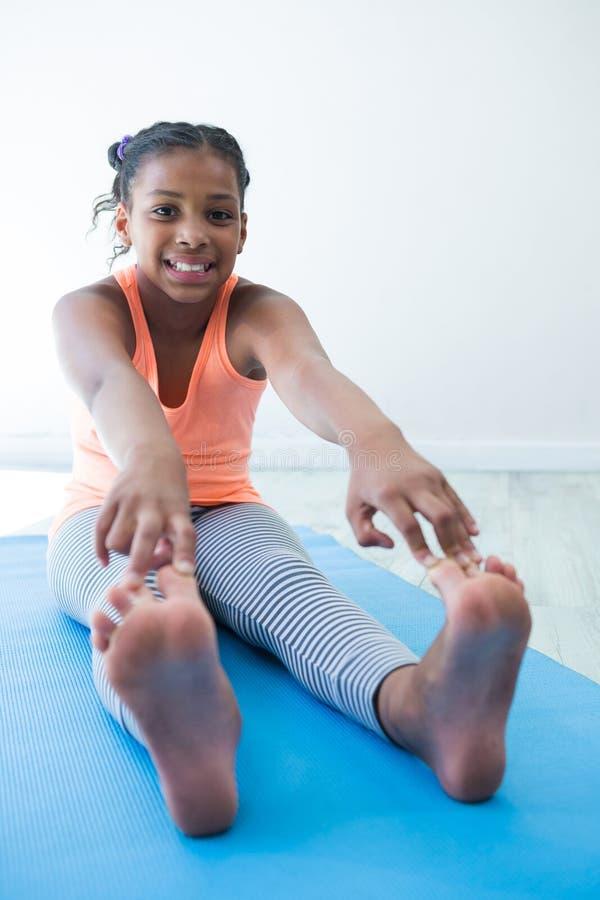 Portrait des orteils émouvants de fille tout en s'exerçant photo stock
