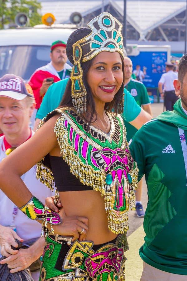 Portrait des passionés du football du Mexique dans l'habillement indien national historique images stock