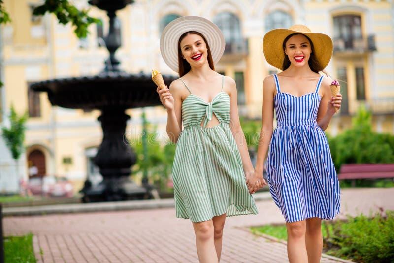 Portrait des personnes joyeuses avec le déplacement de sourire de rouge à lèvres rouge de cheveux de brunnete la ville images libres de droits