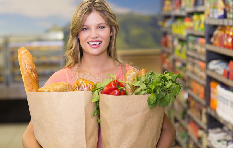 Download Portrait Des Produits Alimentaires De Achat De Femme Assez Blonde Image stock - Image du fixation, papier: 56487553