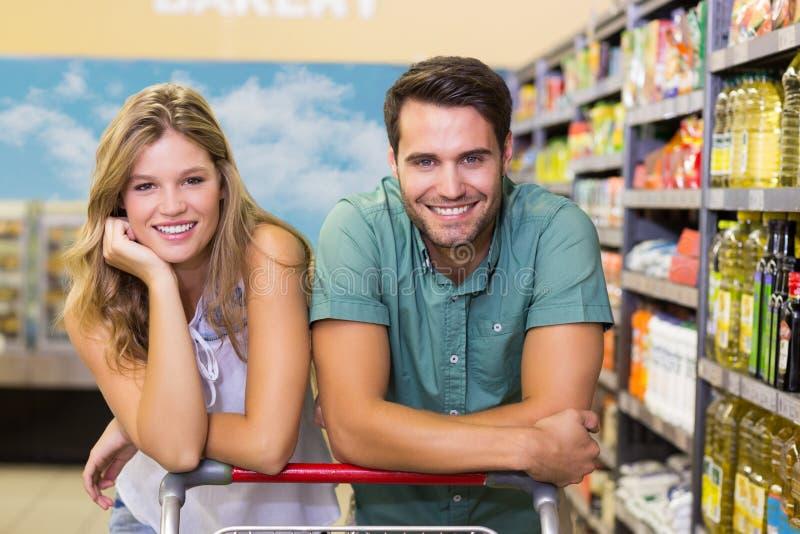 Download Portrait Des Produits Alimentaires De Achat De Sourire De Couples Lumineux Photo stock - Image du occasionnel, couples: 56487314