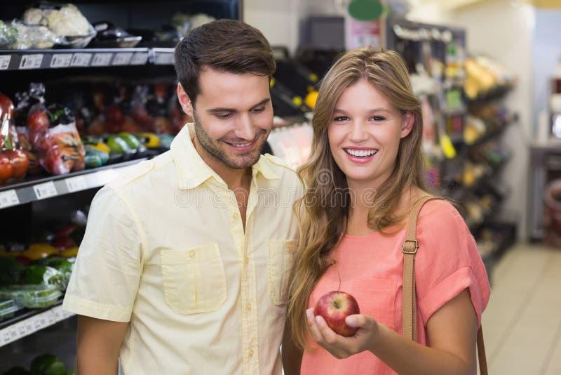 Download Portrait Des Produits Alimentaires De Achat De Sourire De Couples Lumineux Image stock - Image du heureux, lifestyle: 56487755