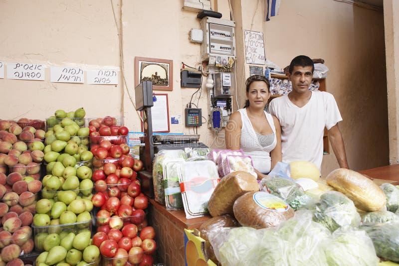 Portrait des propriétaires d'épicerie sûrs images libres de droits