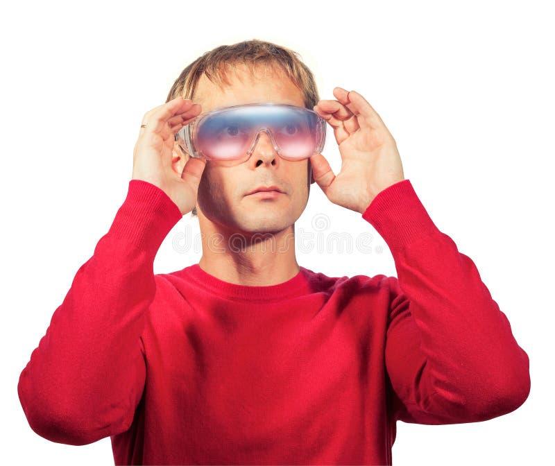 Portrait des protecteur de lunettes futuristes d'abrégé sur usage de l'homme, d'isolement photographie stock libre de droits