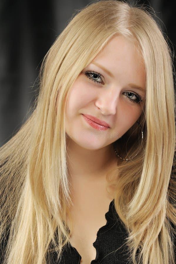 Portrait des recht jungen Mädchens der Blondine stockfotografie