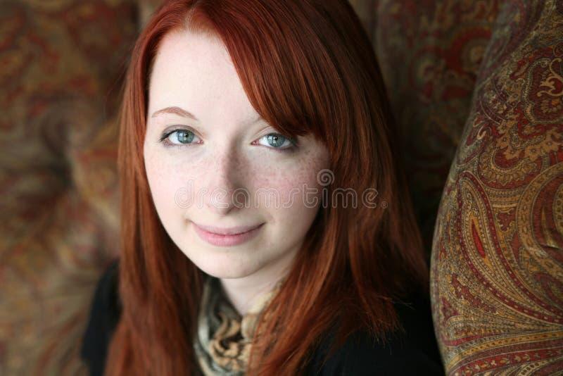 Portrait des Redheadmädchens in der natürlichen Leuchte stockfotos